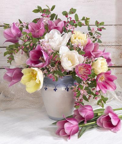 bouquet-of-tulips-in-vaselmn27580-jpg-1