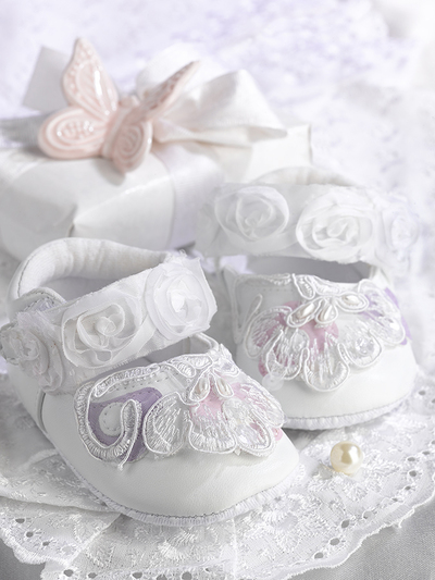 baby-greeting-cart-white-booties-gift-and-pink-butterfly-lmn72131-jpg