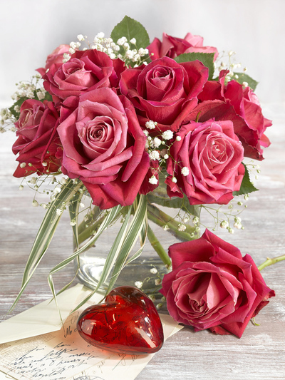 bouquet-of-red-roses-and-a-heart-for-valentine-s-day-lmn63654-jpg