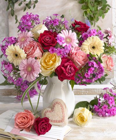 lmn62415-bouquet-in-a-vase-roses-gerberas-heart-jpg